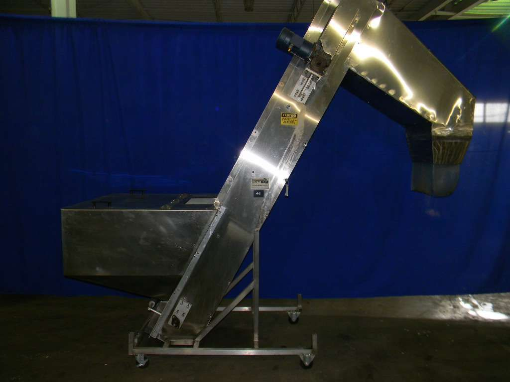 Cleated Elevator for Bottles